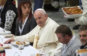 विश्व गरीब दिवस पर गरीबों के साथ भोजन करते संत पापा फ्राँसिस