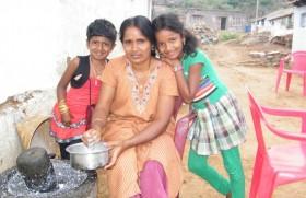 एक माँ अपने बच्चों के साथ