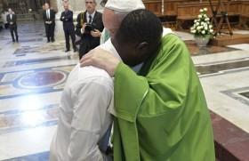 लम्पेदूसा में एक शरणार्थी का आलिंगन करते संत पापा फ्राँसिस