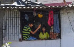 मुम्बई की धारावी झुग्गी झोपड़ी में बच्चों का जीवन