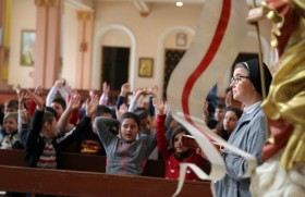 रवोस्की में संत पापा के दौरे के पूर्व प्रथम परमप्रसाद ग्रहण करने वाले बच्चों को तैयार करतीं धर्मबहनें