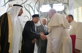 अबू धाबी में मुसलमानों से मुलाकात करते संत पापा