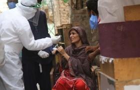 पाकिस्तान में कोरोना वायरस की जाँच करता एक स्वास्थ्यकर्मी