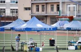 बीजिंग में कोरोना टेस्ट के लिए तैयार स्वस्थकर्मी