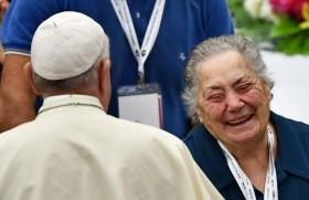 संत पापा बुजुर्गों से मुलाकात करते हुए