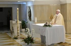 संत पापा फ्राँसिस संत मर्था में ख्रीस्तयाग अर्पित करते हुए