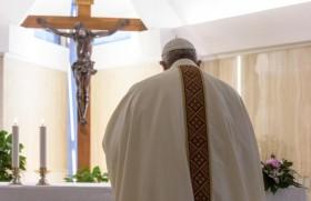 संत मर्था में ख्रीस्तयाग अर्पित करते हुए संत पापा फ्राँसिस