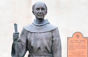 कैलिफोर्निया के साक्रामेंटो में संत जुनिपेरो सेरा की प्रतिमा