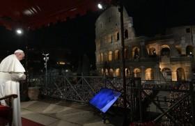 पुण्य शुक्रवार को रोम के ऐतिहासिक स्मारक के सामने मौन प्रार्थना करते संत पापा