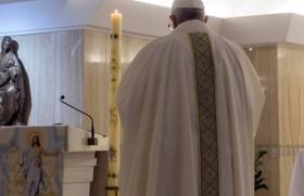 संत मर्था प्रार्थनालय में प्रार्थना करते संत पापा फ्राँसिस