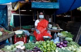 दिल्ली में सब्जी बेचती एक महिला