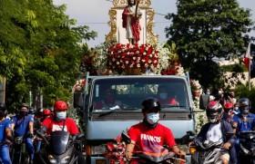 फिलीपींस में संत योहन बपतिस्ता समारोह मनाते हुए