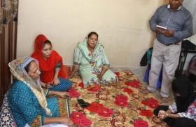 प्रार्थना करते हुए काथलिक परिवार