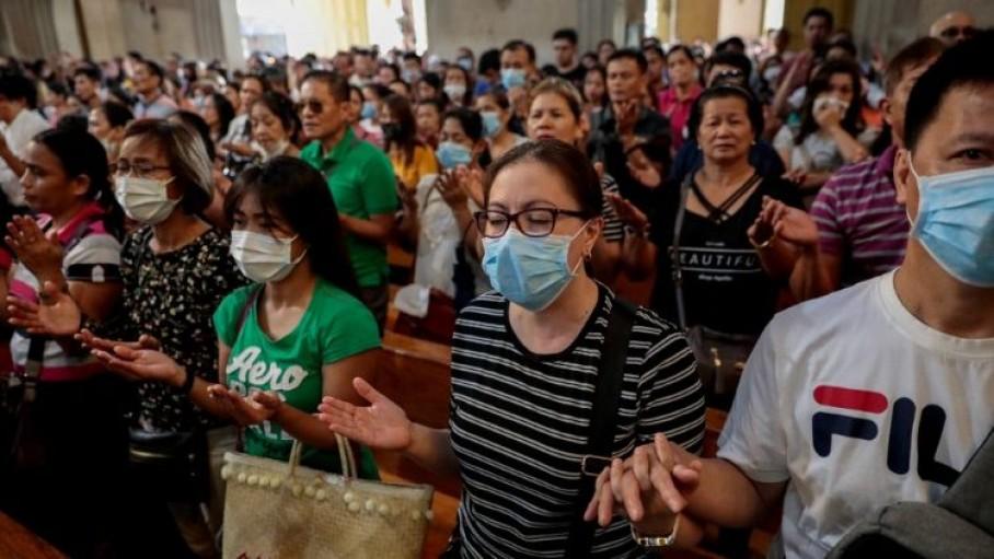 फिलीपींस के काथलिक प्रार्थना करते हुए