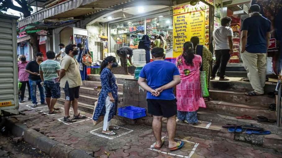 दुकान से सामान खरीदते भारत के नागरिक
